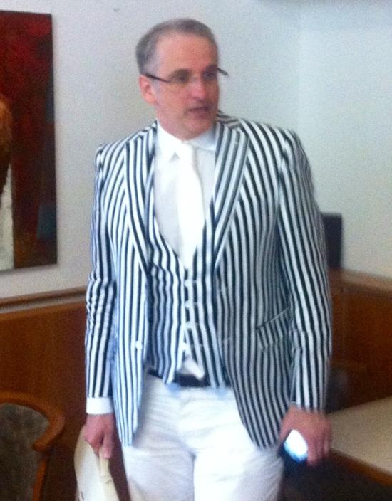 Dr. Michael Dohr ist stimmungskonform in schwarz-weiß gekleidet
